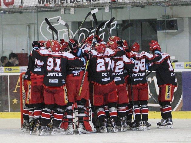 HC Kometa Brno - Mountfield Hradec Králové 0:1 po samostatných nájezdech.