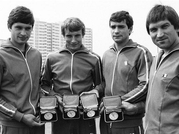 Československé reprezentační družstvo včetně Jiřího Škody (druhý zleva) vybojovalo na OH 1980 v Moskvě bronzovou medaili.