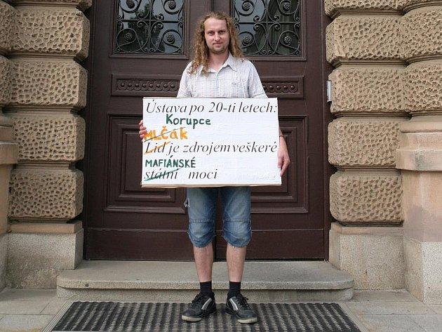 Demonstrant s transparentem obsadil ve čtvrtek vchod do Ústavního soudu.