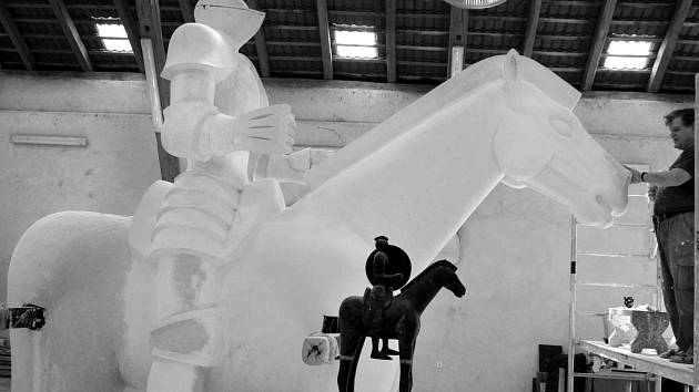 Tvorbu sochy zachytil na uměleckých fotkách fotograf Aleš Formánek.