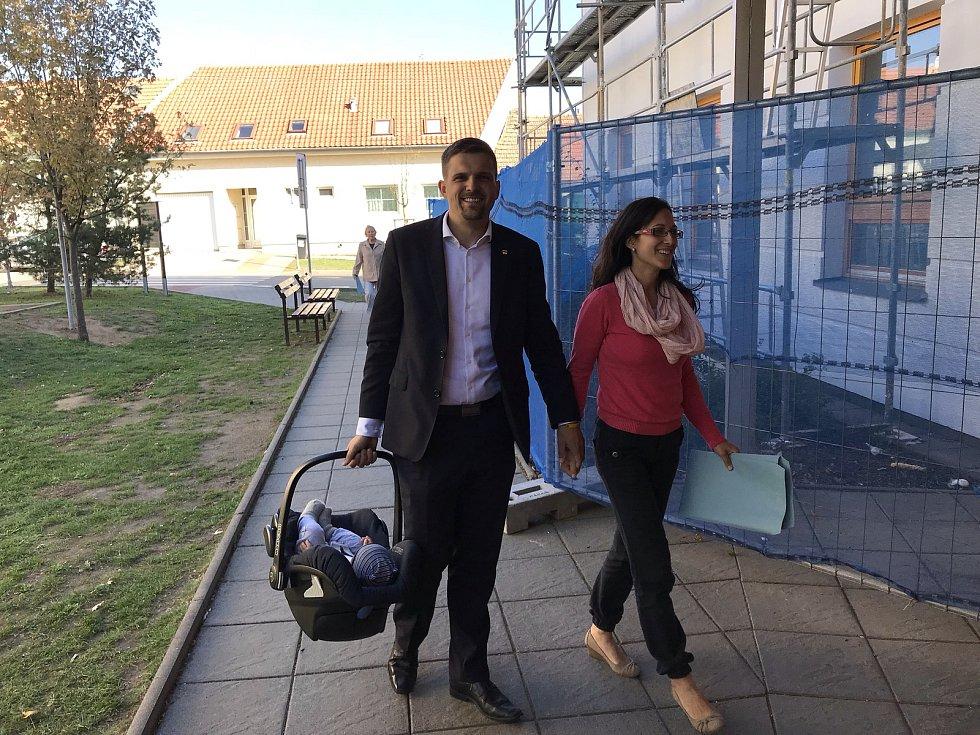 Petr Hladík přichází s rodinou k volební místnosti na ZŠ v Soběšicích.