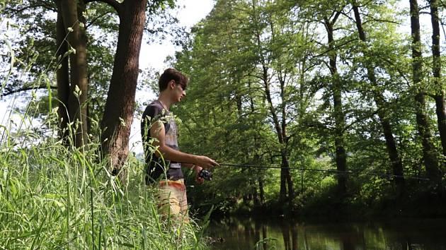 Mladý rybář se už těší, až s dětmi vyrazí rybařit k vodě.