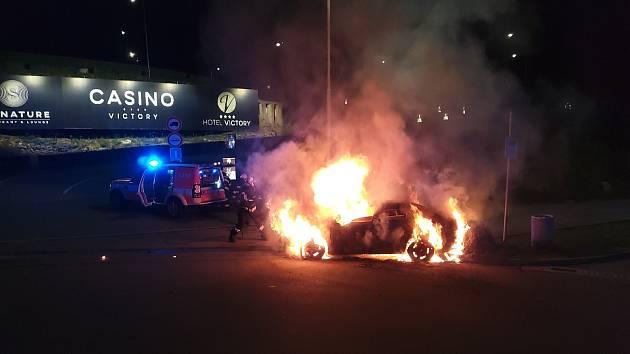 Úterní ranní požár osobního auta na odpočívadle dálnice D1 v Popůvkách na Brněnsku.