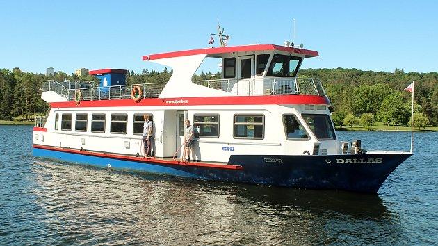 Po Brněnské přehradě zase brázdí lodě. Projížďka lidi láká i s rouškami