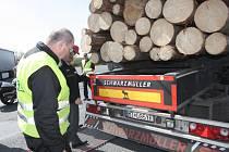 Minimálně půl hodiny strávili řidiči nákladních aut na parkovišti u motorestu U Toma při rychlostní silnici R52 mezi Brnem a Pohořelicemi na Brněnsku. Kontrolovali je tam policisté.