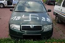 Vandal poničil auto nacistickým symbolem v brněnských Řečkovicích (rok 2009).