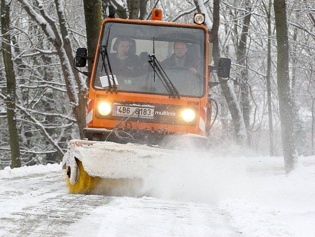 Sníh v Brně zkomplikoval dopravu. Někteří řidiči kvůli němu bourali.