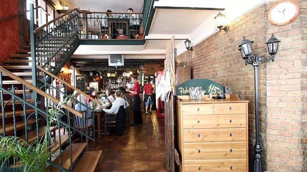 Interiér restaurace Sherlock Holmes se snaží navodit atmosféru staré Anglie