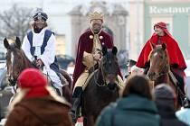 Tři králové vyrazili na hnědácích na podporu charitativní sbírky.