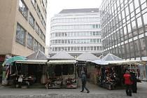 Kdy zmizí jedna z posledních tržnic ve středu Brna? Takovou otázku si denně dávají stovky Brňanů, kteří míjejí stánky v ulici Pohořelec u obchodního domu Centrum.