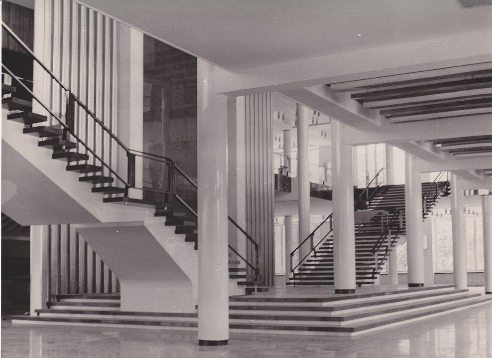 Schodiště z přízemí do prvního patra Janáčkova divadla v roce 1965.