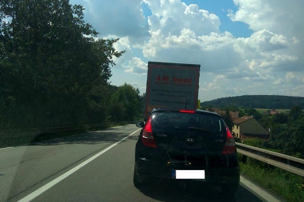 U Závisti projedou řidiči po silnici I/43 od úterý jen jedním pruhem. V místě se tvoří kolony.