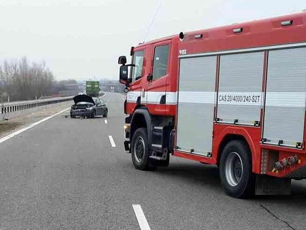 Na několik desítek minut zablokovala dopravní nehoda dálnici D52 uPohořelic ve směru na Brno. Na šestadvacátém kilometru se vpondělí okolo půl desáté dopoledne srazily dva kamiony a osobní automobil.