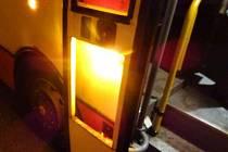 Na Štědrý den brzy ráno museli strážnici vyjíždět k případu, kdy mladá dvojice rozbila u autobusu sklo a z místa utekla.