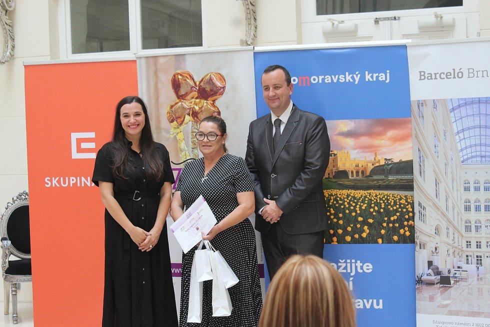 Finalistka soutěže Petra Jílková (uprostřed).