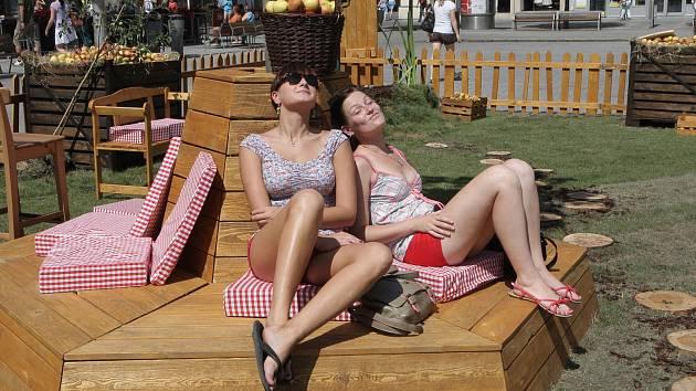 Zahrádka v centru Brna nabízí lidem jablečný nápoj.