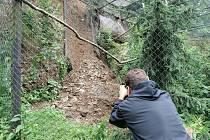 Vytrvalý déšť podmáčel v noci na středu svah v brněnské zoo. Půda pak poškodila část expozice orlů.