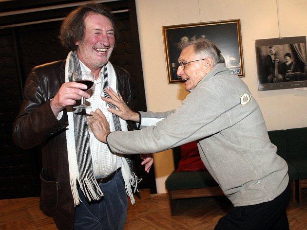 Závěrečný den čtvrtého ročníku filmového festivalu Cinema Mundi patřil další sérii projekcí i hostujícímu režisérovi Jiřímu Menzelovi (vpravo na snímku s Boleslavem Polívkou).