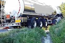 Dvě nákladní a dvě osobní auta se srazila na 185. kilometru dálnice D1 u Popůvek ve směru na Prahu. Nehoda se stala přibližně o čtvrt na sedm večer. Cisterna převážející kyselinu fosforečnou vyjela po střetu s nákladním automobilem mimo silnici.