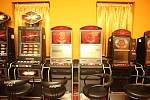 Na stovkách videoloterijních terminálů v Brně si už gambleři nezahrají. I přesto, že v hernách stále stojí, nefungují.
