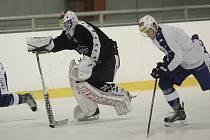 V netypických kulisách a neobvyklý čas. Tak začíná cesta hokejistů Komety Brno. Po volném pondělku se hráči scházejí v úterní podvečer k prvnímu tréninku před čtvrtfinálovým bojem se Zlínem. Místo v Rondu ale krouží po ledě malé haly za Lužánkami.