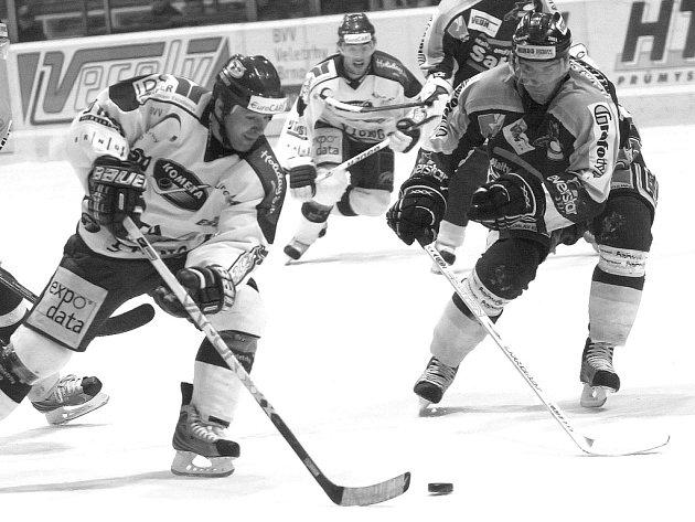 Jedním z tahounů hokejové Komety je útočník Miroslav Barus (vlevo), který už nasbíral dvanáct kanadských bodů