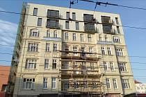 Historický dům v brněnské Křenové ulici získává moderní přístavbu.