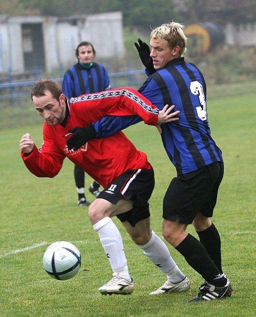 Fotbalisté Židenic (vlevo útočník Zdeněk Látal) si už na podzim kvůli karanténě nezahrají. Další divizní zápasy je čekají až na jaře.