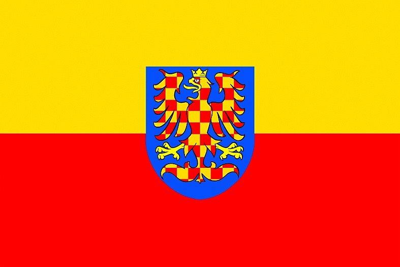 Žlutočervená bikolóra doplněná o znak se zlatočerveně kostkovanou vpravo hledící orlicí na modrém štítu. Takzvané občanská vlajka vytvořená promoravanskými sdruženími ke konci dvacátého století. Znak má odlišit vlajku od totožných vlajek, jako je třeba vl