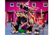 Chantal Poullain a další známé herečky připravují hru o tanečnicích u tyče.