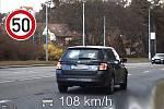 Někteří řidiči si v těchto dnech pletou vyprázdněné silnice se závodní dráhou. Tomuto řidiči policisté v Brně naměřili v úseku na padesátce rychlost 108 km/h.