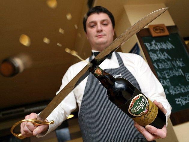 Trojnásobný mistr světa v otevírání láhví šavlí provedl první sabráž piva - novinky Starobrna  Reserva 2013.