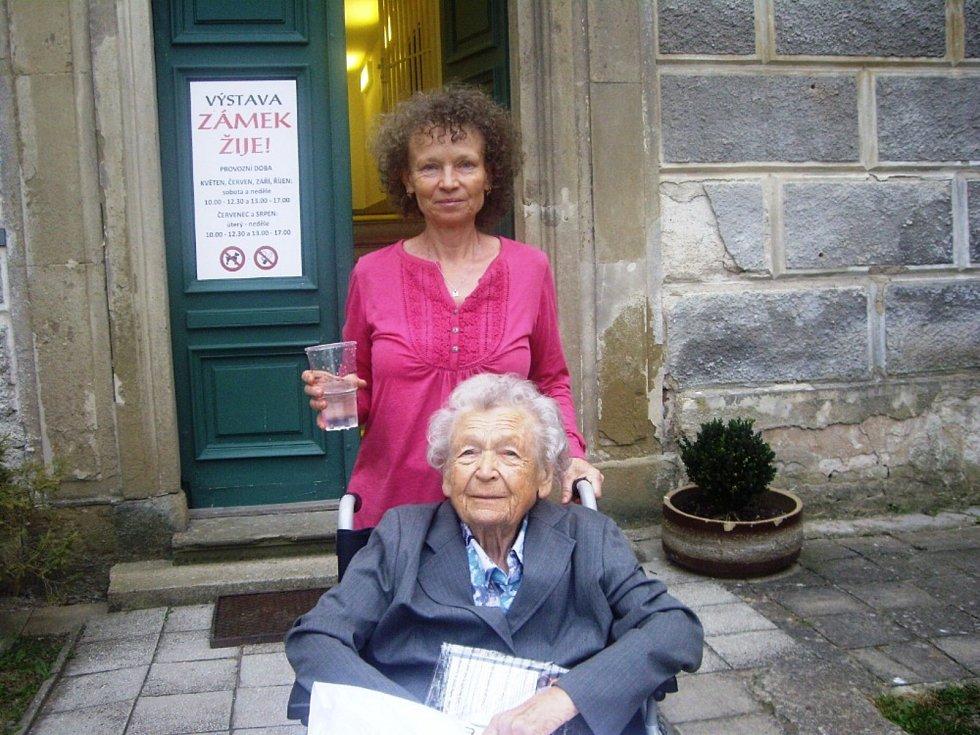 Pamětnice a dlouholetá průvodkyně Slovanskou epopejí Ludmila Slouková (na snímku dole) s dcerou Janou Sloukovou.