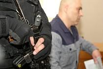 Muži se samopaly v rukou schovaní za černými kuklami v úterý obsadili jednací síň brněnského krajského soudu. Dohlíželi na Tomáše Trkana, který je podezřelý z vraždy bývalého policisty Michala Tofla.