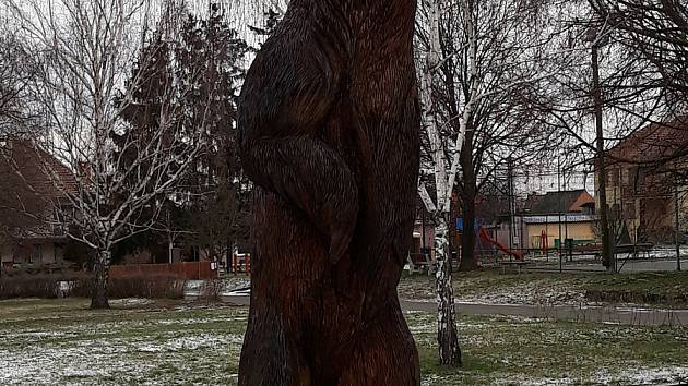 Dřevěný medvěd Martin krášlí park ve Vlasaticích. Měří tři a půl metru.