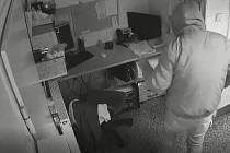Vykopl dveře, vybílil kancelář. Zloděj ukradl 76 tisíc, natočily ho kamery