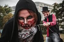 Zombie Walk Brno. Centrem města se převalila zhruba stovka nemrtvých. Převlékání a děsivý makeup některým účastníkům pochodu zabral téměř celý den.