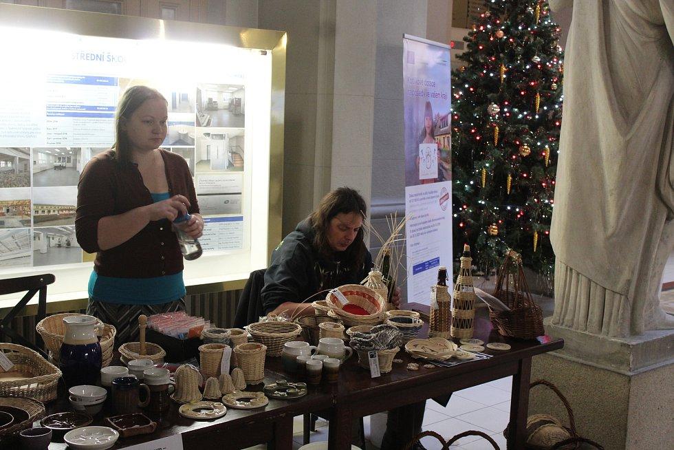 Vánoční zboží nakoupili netradičně na úřadě. Pomohli tak potřebným.