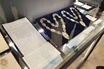 Zástupci šesti brněnských vysokých škol zahájili v pátek vpodvečer unikátní výstavu univerzitních insignií a archiválií. Lidé si ji prohlédnou od soboty.