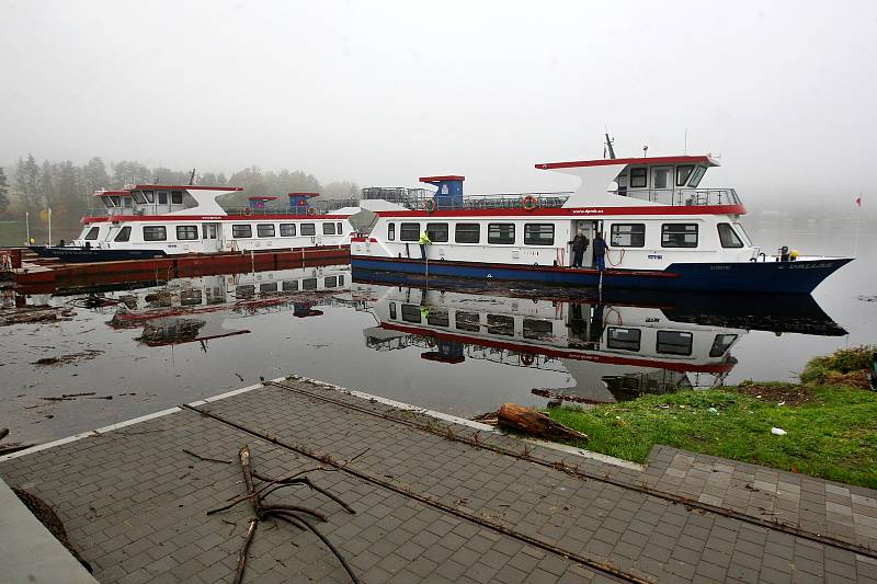 Ukončení plavební sezony a vytahování lodí z Brněnské přehrady před nadcházející zimou.
