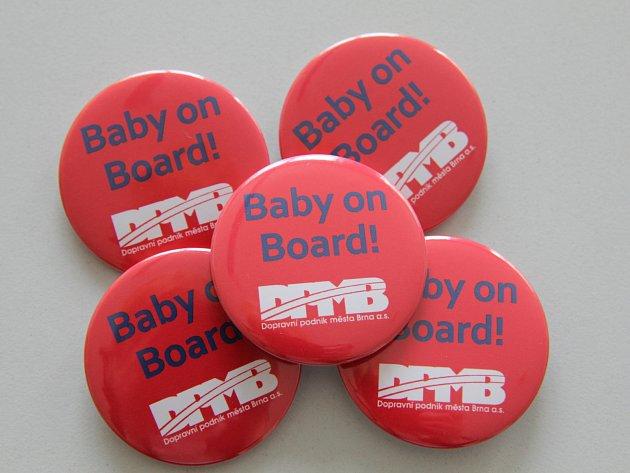 Tisícovku odznáčků s nápisem Baby on Board, tedy dítě na palubě, nachystal brněnský dopravní podnik pro těhotné cestující.