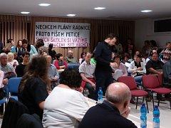 Měsíc nejistoty, vypjatých nervů a strachu končí. Zastupitelé městské části Brno-jih v úterý na mimořádném jednání odsouhlasili zrušení plánů na sloučení šesti mateřských školek. Pro hlasovalo všech devatenáct zastupitelů.