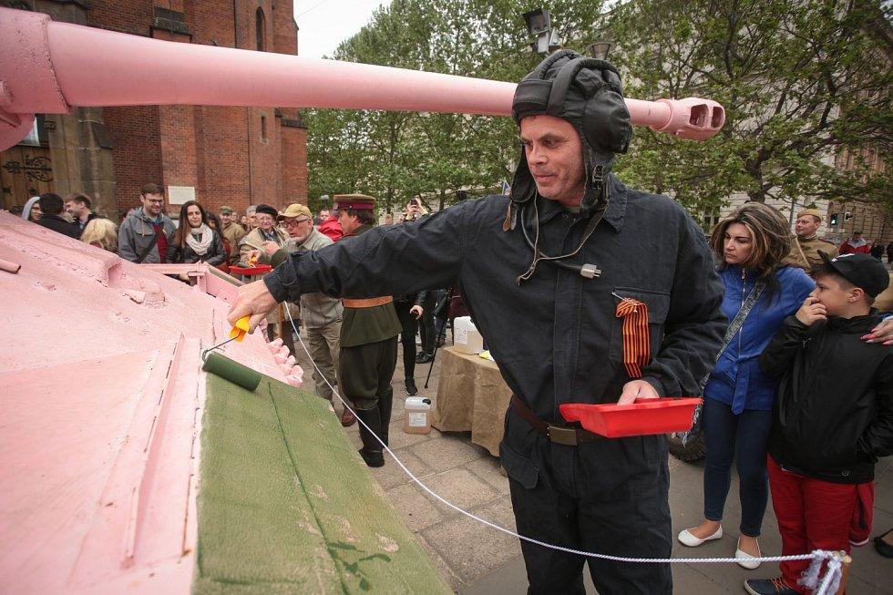 Tanku náleží zelená barva, řekli v sobotu členové brněnského vojenského klubu. Rozhodli se Růžový tank v Joštově ulici přebarvit.