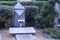 Na čestných hrobech významných osobností najdou nově lidé cedulky sQRkódy.