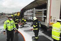 Na dálnici D1 u Brna hořel v pátek odpoledne návěs kamionu.
