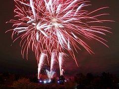 Tři různá témata propojil v pátek ohňostroj na vrcholu Kraví hory. Zhruba čtvrthodinovou světelnou podívanou si nenechaly ujít stovky lidí. Show zvala Brňany na nové představení hvězdárny Nebe v plamenech.