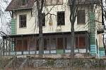 Připomínku porevolučního kapitalismu v podobě vily podnikatele Rudolfa Hošny nabízí k prodeji realitní kancelář. Známou stavbu nad Pisáreckými tunely možná čeká demolice, na jejím místě může vyrůst bytový dům.