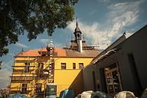 Na radnici v Pohořelicích právě dělníci dokončují opravy, aby ji mohli od září znovu otevřít.