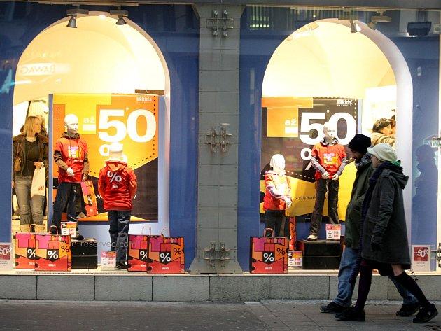 Brněnští obchodníci nabízejí zákazníkům slevy ve výši až sedmdesáti procent. Nejvíce zlevňuje oblečení a elektronika