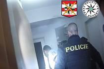 Kuchyňská linka hořela v jednom z bytů v brněnských Medlánkách. Byl zamčený, proto policisté museli vyrazit vstupní dveře.
